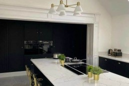 Fitted kitchen with dining table